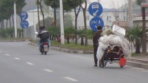 <i>carribici</i> con trastos a reciclar...